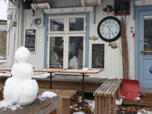 Café Juno med snømann